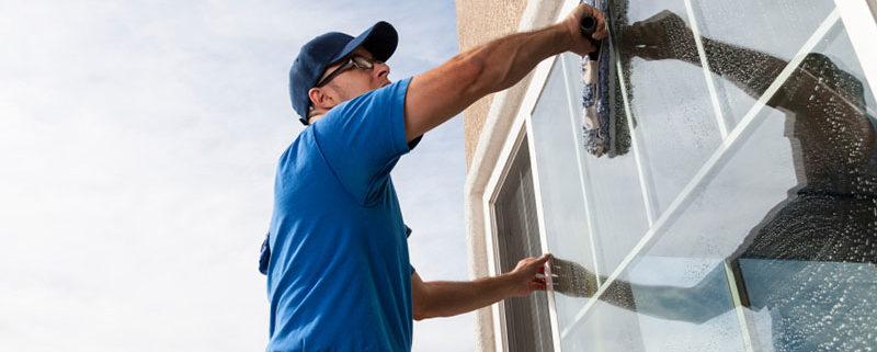 طريقة تنظيف النوافذ الزجاجية تعرفي على كيفية تلميع ونظافة الزجاج المصنفر وغسيل الامامي للسيارة